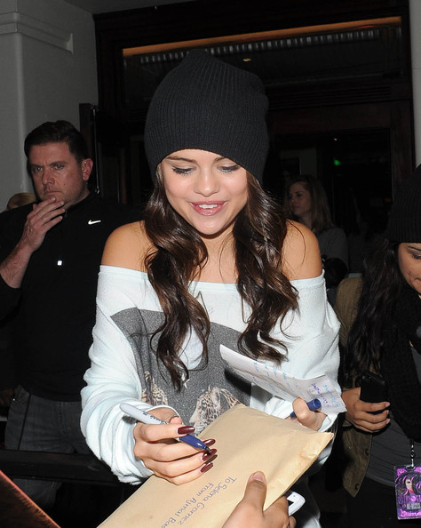 Selena Gomez sported chocolate nail polish while greeting fans in London.