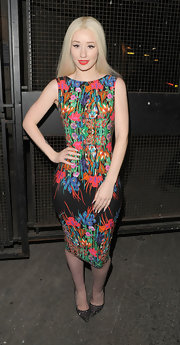 Iggy showed off her curves in this fitted, sleeveless frock that featured colorful floral designs.