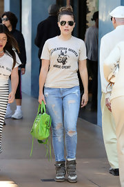 A pair of light-wash ripped jeans kept Sophia's shopping look casual and comfy.