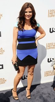 Tiffani Thiessen looked modern all the way down to her black mesh sandals.