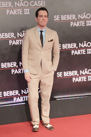 A light tan suit gave Ed Helms a super preppy and classic look on the red carpet.
