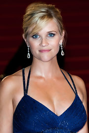 Reese Witherspoon added some extra sparkle with pear-shaped white diamond drop earrings.