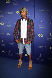 Pharrell Williams chose knee-length jean shorts for a casual and cool evening look.