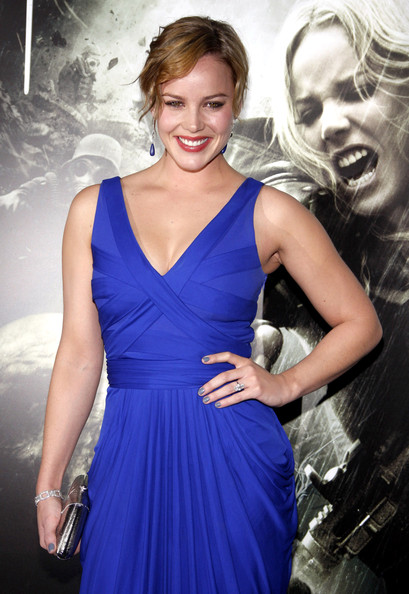 Abbie Cornish paired her cobalt blue gown with a dark gray polish.