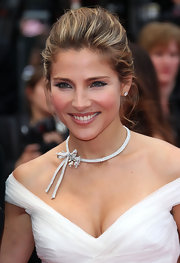 Elsa Pataky was all smiles as she walked the red carpet at the Cannes Film Festival. Her bow embellished necklace was superb.