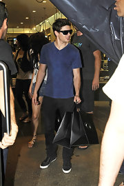 Zac looked hip in a navy blue t-shirt.