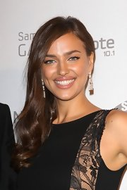 Irina created glamorous waves with her side-swept chestnut locks.