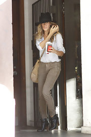 SJP was out and about town in a casual utilitarian ensemble. She wore gray skinny jeans, a white button-up shirt, topped off with black leather ankle boots.
