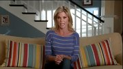 Julie Bowen kept it classic on 'Modern Family' in a striped drop-shoulder T-shirt that cleverly matched her couch pillows.