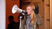 Cat Deeley played up her neutral olive coat with a blue-gray pashmina tied securely around her neck.