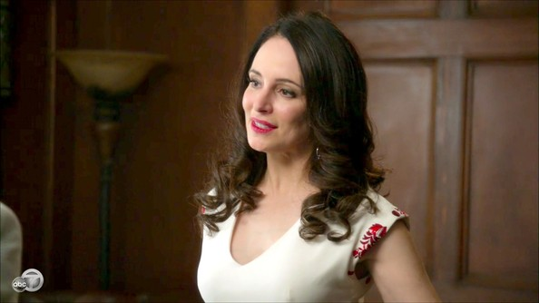 Madeleine Stowe added retro glamor to her sophisticated sheath dress with full, slightly teased curls.