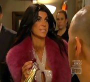 Teresa Giudice upped the ante on 'Real Housewives' with a dramatic red stole.