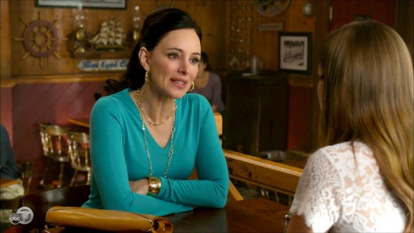 Madeleine Stowe dressed up a simple sweater with a gold double looped necklace and a matching cuff. Lovely.